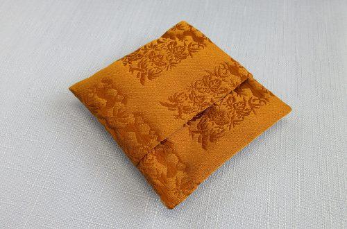 今月のプレゼント 「匂袋 黄櫨染 サシェ」の匂い袋(山田松香木店)を10名様にプレゼント